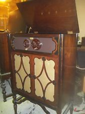 ANTIQUE RADIO ATWATER KENT 3O IN A CONSOLE CABINET  WOW NICE